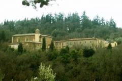Le Monastère de Sargiano entouré par les bois