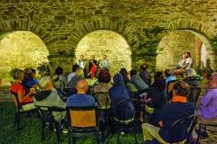 Discours dans l'ancien cloître
